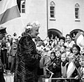 Prinses Juliana in gesprek met kinderen bij de ontvangst in Bern, Bestanddeelnr 252-1999.jpg