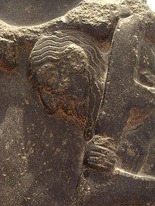 Заключенный выходит из клетки на стеле победы Аккадской империи около 2300 г. до н.э., Лувр.