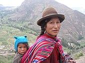 Mujer quechua de Perú con su hijo.