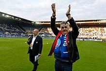 Pierre Ménès, membre de l'association Femmes de foot, sur la pelouse du stade de la Meinau.