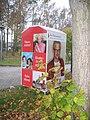 Ruhland, Neugrabenweg Stirnseite Ortrander Str. 14a, Kleiderspende-Container (Johanniter), 01.jpg