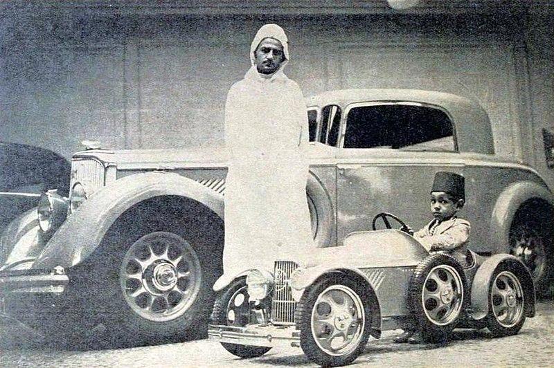 File:S.M. le sultan du Maroc et le prince Hassan, au magasin Panhard des Champs-Élysées (1934).jpg