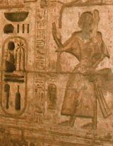 Un relieve del príncipe Sethiherkhepeshef II, uno de los muchos hijos de Ramsés III, del templo de este último en Medinet Habu.  Más tarde, Sethiherkhepeshef II ascendió brevemente al trono como rey Ramsés VIII.