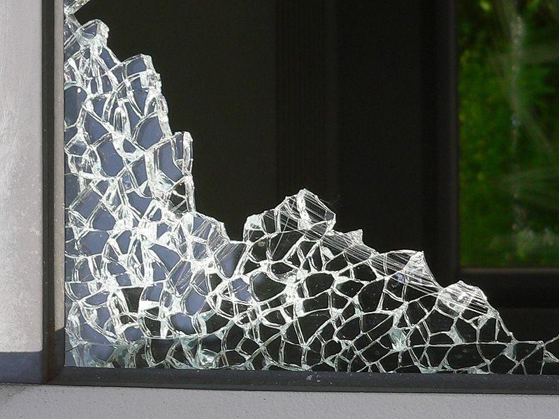 File:Safety glass vandalised 20050526 062 part.jpg