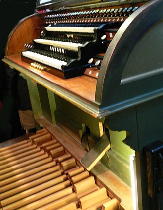Organ console - Image of a console and pedalboard, clearly showing the balanced swell pedal