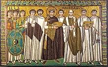 Mosaïque représentant de gauche à droite des hommes armées et des prêtres, au centre un homme portant une couronne