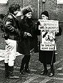 Scholierenstaking tegen kruisraketten. Scholieren in een geprek met een oudere demonstrante op het Binnenhof in Den Haag - SFA002001253.jpg
