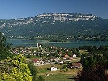 Village de Saint-Alban-de-Montbel et lac d'Aiguebelette dans l'Avant-pays savoyard