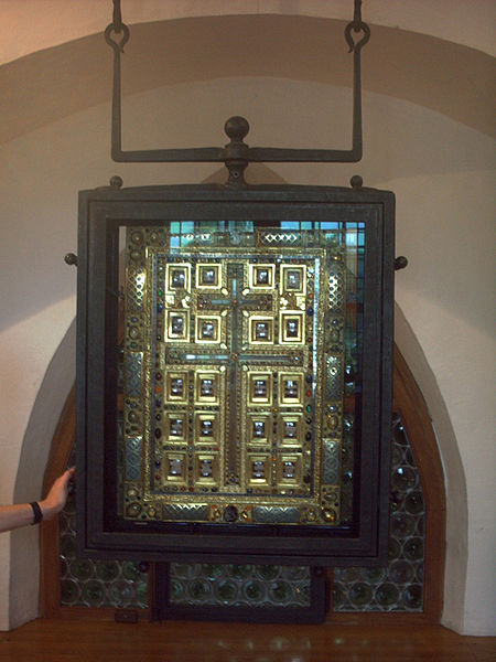File:St-Matthias-Kreuz-Reliquie-.jpg