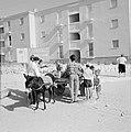 Straatverkoper van druiven met een ezelwagen en klanten in een nieuwbouwwijk van, Bestanddeelnr 255-3567.jpg