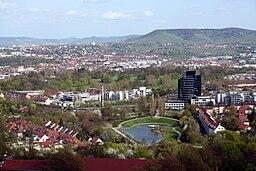 Im Vordergrund der Stadtbezirk Stuttgart-Nord mit dem Egelsee, Bülow-Tower und in der Bildmitte der Rosensteinpark. Im Hintergrund ist Bad Cannstatt m...