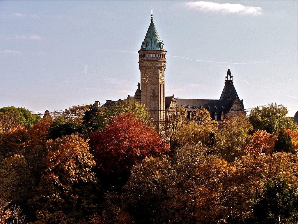 Vallée de la Pétrusse, tour de la Banque et caisse d'épargne de l'État, à Luxembourg. (définition réelle 3264×2448)
