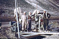 Syrien 1961 Tabqa Staudammprojekt Bohrstelle Menschen 0001.jpg