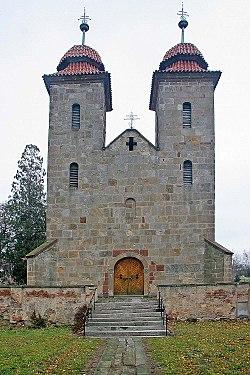 Tismice - průčelí románské baziliky.jpg