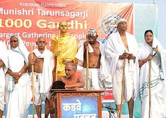 Tarun Sagar - Muni Shri Tarunsagar Ji, Dr Ujjwal Patni's wife Rimple Patni, MLA of Belgaum Mr. Sanjay Patil and his wife and few other peoples who posed as Mahatma Gandhi
