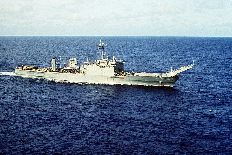 Archivo:USS Fairfax County (LST-1193) stbd bow view.jpg