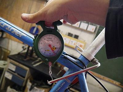 Utilisation d'un pèse-bagage pour mesurer le couple de serrage d'une clé allen sur une tige de selle