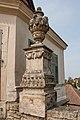 Váza na pilíři v opěrné zdi zámecké zahrady v Litomyšli, (2019).jpg