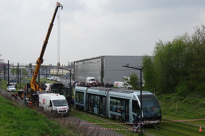 Valenciennes & Anzin - Déraillement de la rame de tramway n° 17 à la sortie du dépôt de Saint-Waast le 11 avril 2014 (030).JPG