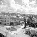Verkeersplein in de omgeving van de citrussapfabriek Assis aan de weg van Tel Aviv naar Haifa met winkels, flats en een complex in aanbouw. 1 januari 1948.jpg