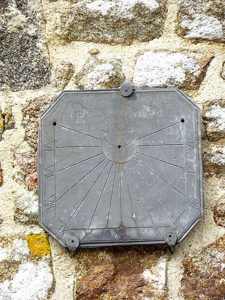 Église Notre-Dame-de-la-Visitation de Vieuvy (53). Cadran solaire, flanc sud.