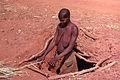 Village Bozo, Mopti, Mali. Une femme Bozo dans son habitation souterraine 2. Date du cliché 26-12-1972.jpg