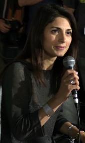 Virginia Raggi in una conferenza dopo il primo turno delle elezioni amministrative del 2016
