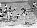 Voetballende jongens van de Daltonschool in Amsterdam, Bestanddeelnr 189-0135.jpg