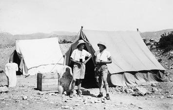 Westholm och Lindros utanför tältet. Vouni. Galini - SMVK - C00761.tif