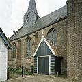 Zicht op het voorste deel van de zuidgevel met ingangsportaal en op de houten dakruiter - Beets - 20388543 - RCE.jpg