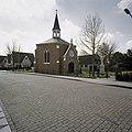 Zicht op kapel met dakruiter en ingangsportaal gezien vanaf de weg - Zwaag - 20406629 - RCE.jpg