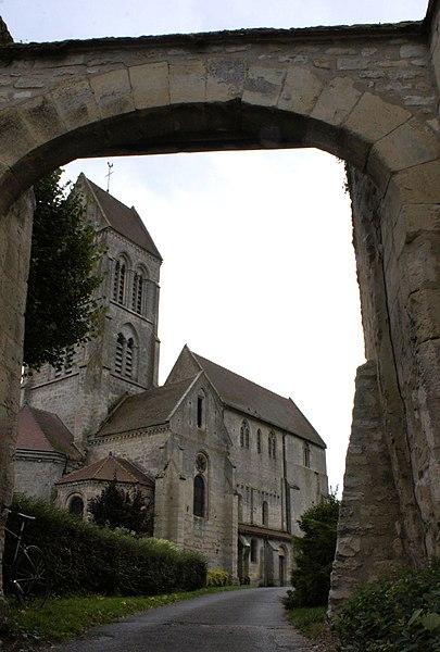 église de Courville depuis l'un des porches d'entrée de l'abbaye.
