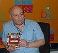 """Поэт Геннадий Кацов с книгой """"Словосфера"""" на BookExpo America 2013.jpg"""