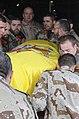 10-11-2008 Herat (Afganistán), compañeiros do Cabo Rubén Alonso Ríos embarcan o seu cadaleito no avión que o levaría a España.jpg