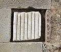 102 Sant Esteve de la Doma, façana sud, fragment d'antiga columna.jpg