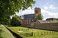 14896-Grote of Sint-Nicolaaskerk met stadsmuur en begraafplaats.jpg