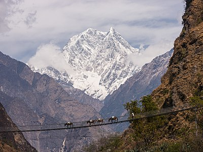 Jembatan di atas Sungai Gandaki, dengan latar berupa Pegunungan Nilgiri, di Nepal.