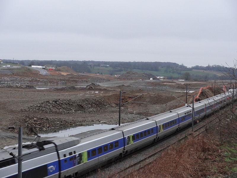 Au premier plan, passage d'un TGV sur la ligne Paris-Rennes. Au second plan, travaux du raccordement ouest de Laval entre la ligne Paris-Rennes et la LGV Bretagne - Pays-de-la-Loire