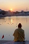 20191214 Mężczyzna przygląda się zachodowi słońca nad jeziorem Puszkar 1722 8617.jpg