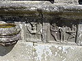4454.Altes Beinhaus-Links-Zwei Engel eine Monstranz in den Händen haltend.Rechts-Zwei Gefängniswärter mit Kniebundhosen tragen Jesus davon.JPG