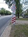 Ady Endre Straße, Beschrankter Eisenbahnübergang und dreistreifige Bake (rechts), 2021 Hódmezővásárhely.jpg