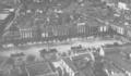 Alcalá de Henares (anónimo 11-1935) vista aérea de la Plaza de Cervantes.png