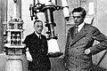 Alypio Leme (à esquerda) e Leo Cap (1927), ao lado da luneta equatorial Zeiss, que se encontra hoje instalado numa das cúpulas do IAG no Parque do Estado.jpg