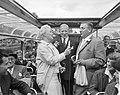 Annie de Reuver, Maup Caransa en Max van Praag tijdens een rondvaart door de gra, Bestanddeelnr 909-6298.jpg