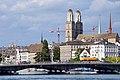 Ansicht vom Dampfschiff Stadt Rapperswil der Zürichsee-Schifffahrtsgesellschaft auf die Quaibrücke in Zürich, im Hintergrund die 'Wasserkirche' in der Limmat und das Grossmünster am Limmatquai 2013-09-13 15-33-19.jpg