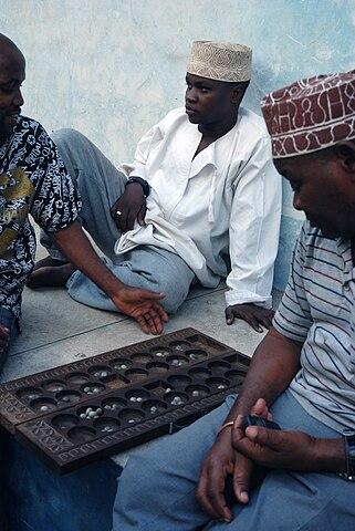 imatge utilitzada amb llicència de https://en.wikipedia.org/wiki/File:Bao_players_in_stone_town_zanzibar.jpg