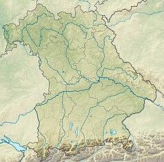 """Mapa konturowa Bawarii, blisko dolnej krawiędzi znajduje się owalna plamka nieco zaostrzona i wystająca na lewo w swoim dolnym rogu z opisem """"Eibsee"""""""