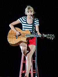 Taylor Swift předvádění na kytaru