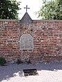 Bermeries (Nord, Fr) chapelle dans un mur, place de Bermeries.JPG
