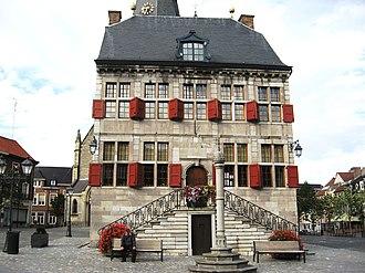 Perron (architecture) - Image: Bilzen Stadhuis